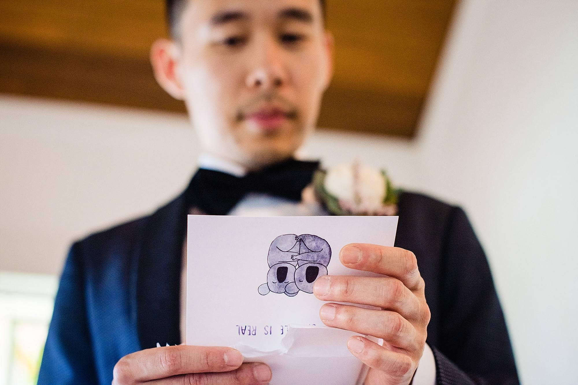 groom reading letter before first look