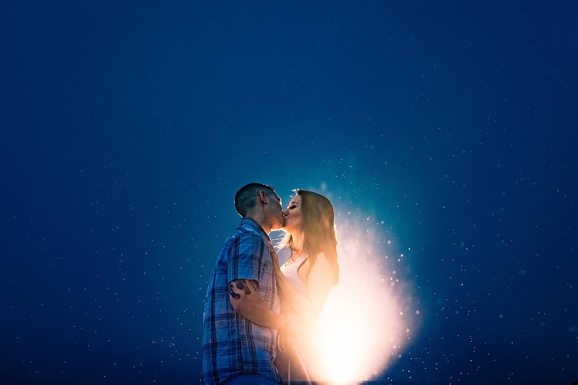 couple kissing in the rain in maui